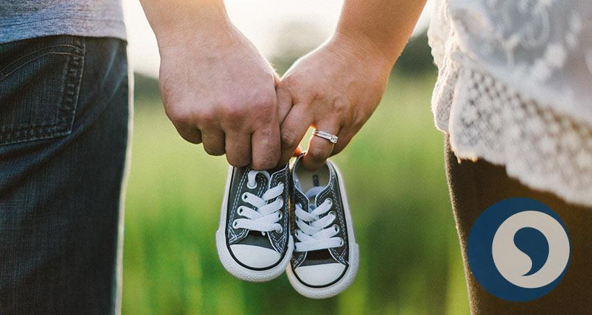 Mann und Frau mit Kinderschuhen