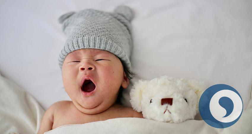 Baby mit Kuscheltier