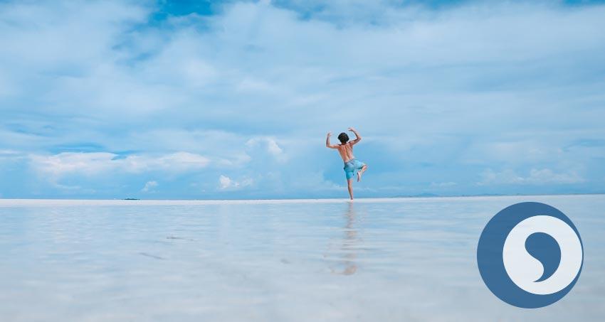 Mann alleine am Strand