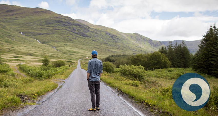 Mann steht alleine auf Straße